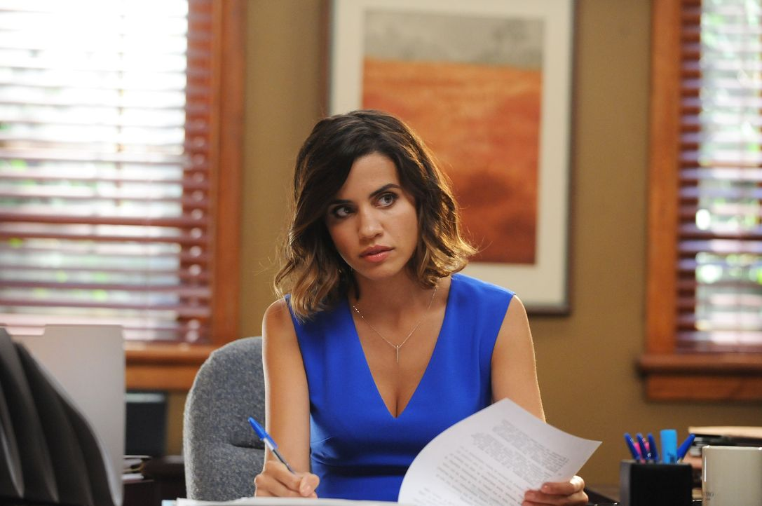 Verfällt dem charmanten Dean nicht sofort und bringt ihn damit ganz schön aus dem Konzept: Claire (Natalie Morales) ... - Bildquelle: 2015-2016 Fox and its related entities.  All rights reserved.