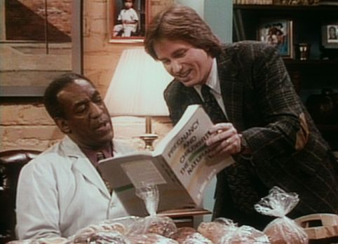 Bill Cosby Show - Der werdende Vater Ray (John Ritter, r.) zeigt Cliff (Bill...
