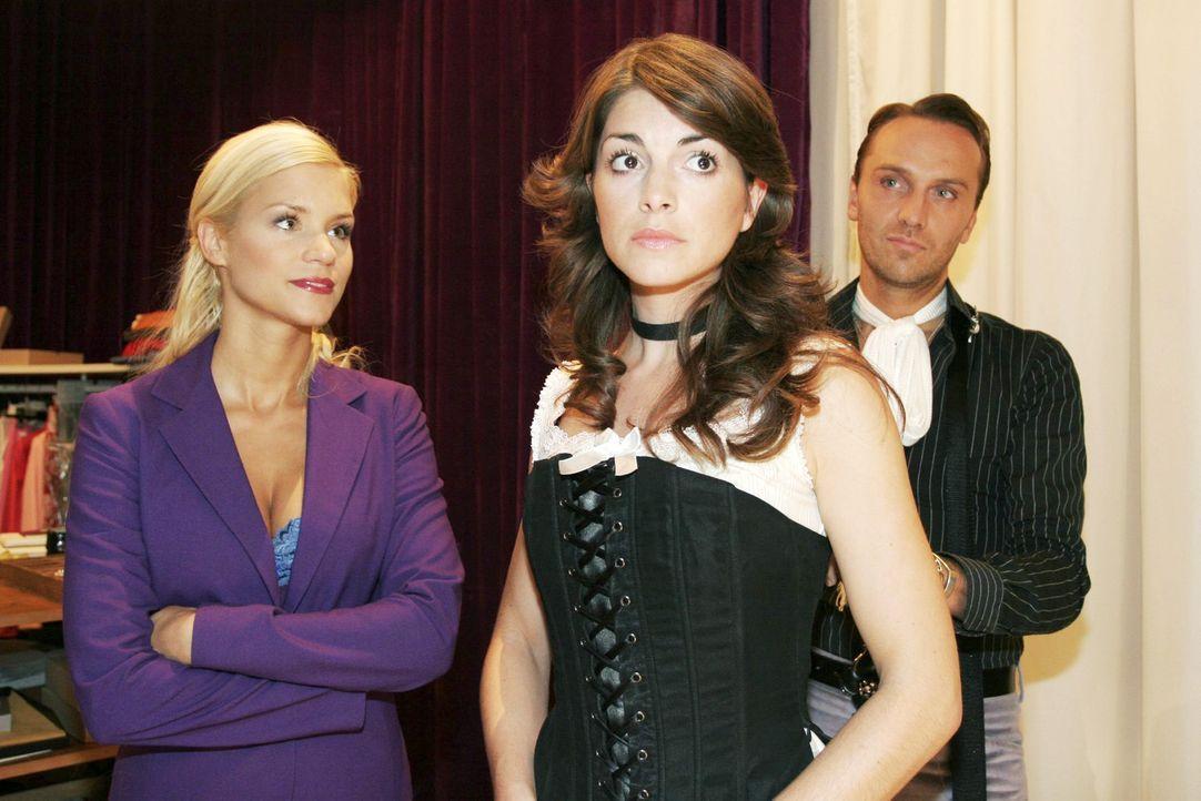 Mariella (Bianca Hein, M.) ist unglücklich mit den Sachen aus der neuen Kollektion von Hugo (Hubertus Regout, r.). Sabrina (Nina-Friederike Gnädig... - Bildquelle: Noreen Flynn Sat.1