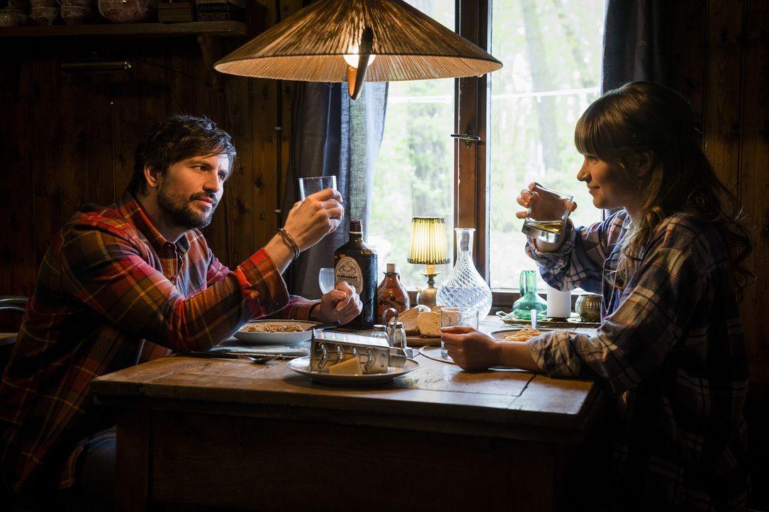 Gelingt es Lou (Cristina do Rego, r.), John (Tom Beck, l.) zu einem neuen Song zu verhelfen? - Bildquelle: Stephan Rabold SAT.1/Stephan Rabold