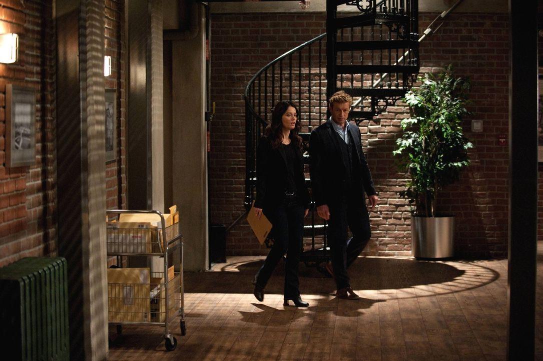 Ein neuer Fall wartet auf Patrick (Simon Baker, r.) und Teresa (Robin Tunney, l.) ... - Bildquelle: Warner Bros. Television