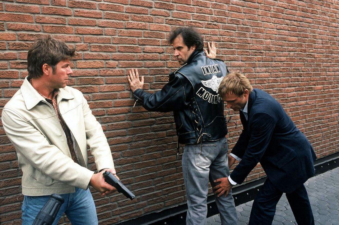 Falk (Dirk Martens, r.) und Jupp (Uwe Fellensiek, l.) verhaften Steinberg (Helmfried von Lüttichau, M.) aufgrund von Olgas Beschreibung. - Bildquelle: Münstermann Sat.1