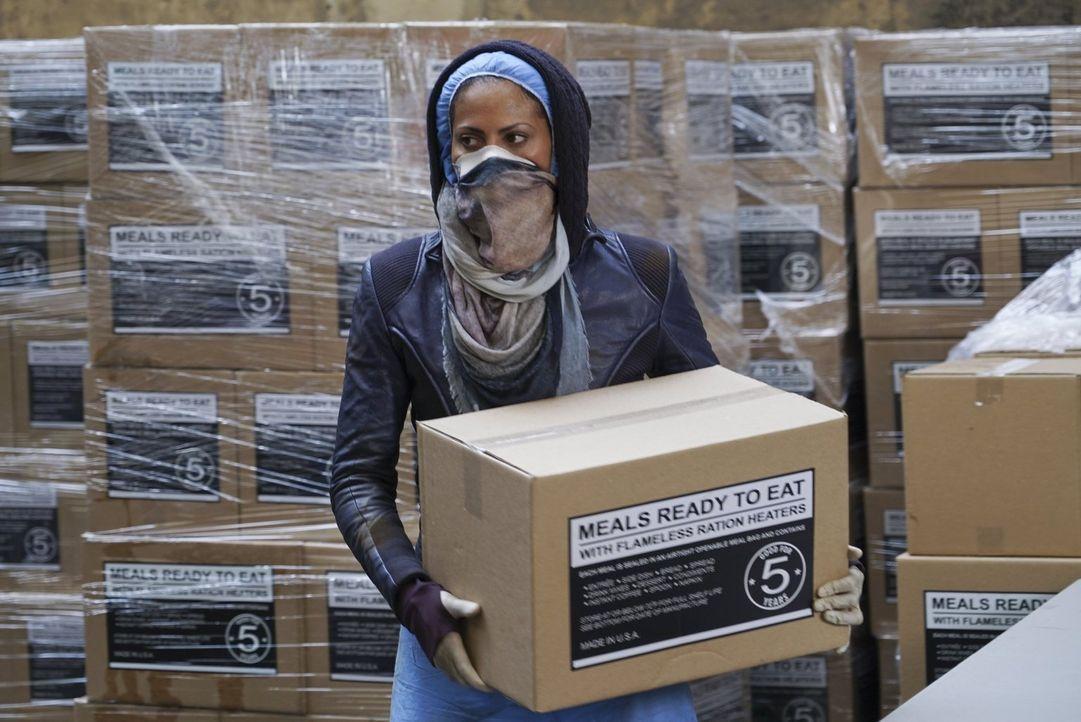 Um an Nahrungsmittel zu kommen, muss Jana (Christina Marie Moses) ihr sicheres Büro verlassen. Wird sie gesund zurückkehren können? - Bildquelle: Warner Brothers