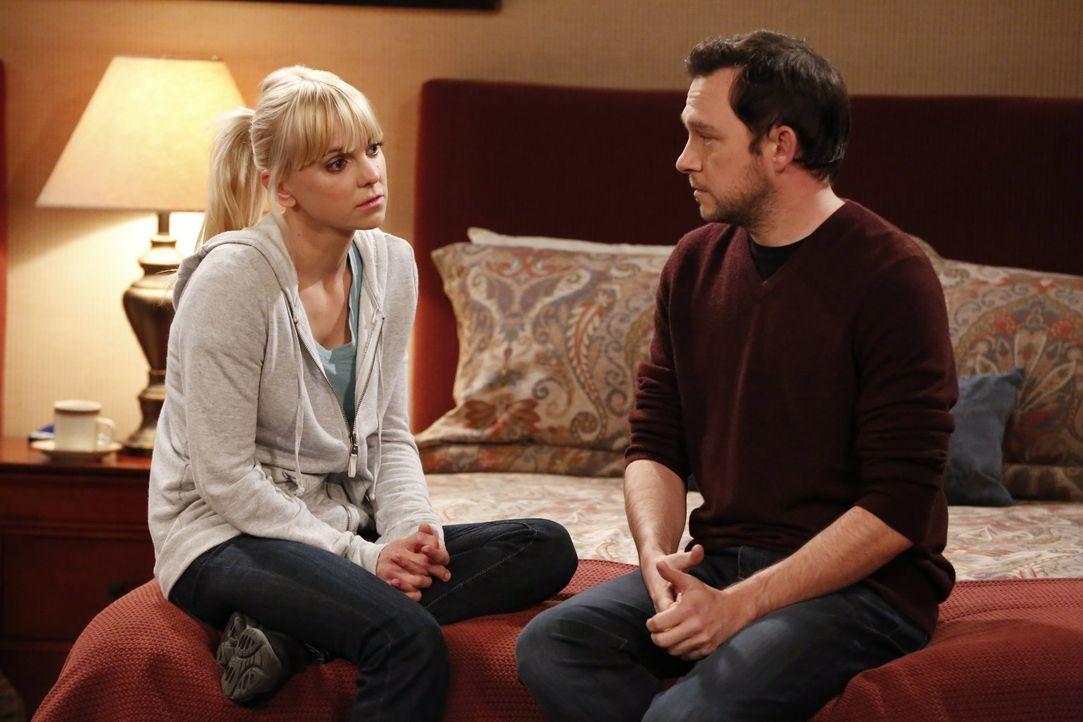 Nachdem sie fast von Claudia gesehen werden, gesteht Christy (Anna Faris, l.) Gabriel (Nate Corddry, r.), dass sie beim Sex darauf steht, erwischt w... - Bildquelle: Warner Bros. Television