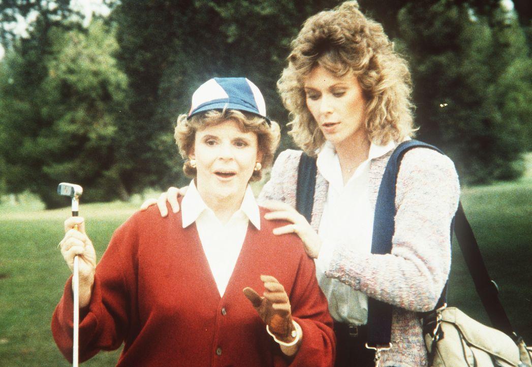 Tarnt sich in ihrem neuen Fall als Bildreporterin: Amanda (Kate Jackson, r.)  (Darsteller unbekannt, l.) ... - Bildquelle: CBS Television