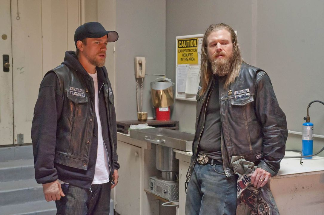 Das Verhältnis zwischen Jax (Charlie Hunnam, l.) und seinem Ersatzbruder Opie (Ryan Hurst, r.) wird auf eine harte Probe gestellt ... - Bildquelle: 2011 Twentieth Century Fox Film Corporation and Bluebush Productions, LLC. All rights reserved.