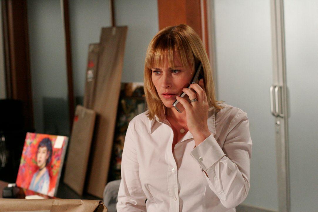 Allison Dubois (Patricia Arquette) berichtet ihrem Chef von ihrer Vermutung ... - Bildquelle: Paramount Network Television