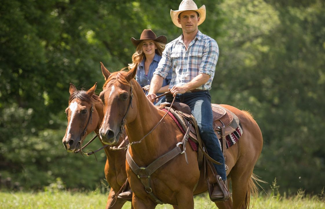 Trotz aller Gegensätze und unterschiedlichster Zukunftsplanungen ahnen Luke (Scott Eastwood, r.) und Sophia (Britt Robertson, l.), dass sie beide de... - Bildquelle: 2015 Twentieth Century Fox Film Corporation.  All rights reserved.