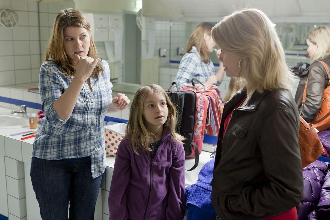Auf dem WC trifft Danni (Annette Frier, r.) ihre nächste Mandantin: Renate (Birge Schade, l.) und ihre kleine Tochter Leni (Luna Jakob, M.) müssen... - Bildquelle: SAT.1