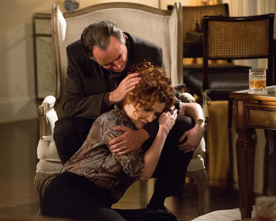 Der 25. Hochzeitstag von Adrian (Tom Irwin, hinten) und Evelyn (Rebecca Wisocky, vorne) verläuft anders als erwartet ... - Bildquelle: 2014 ABC Studios