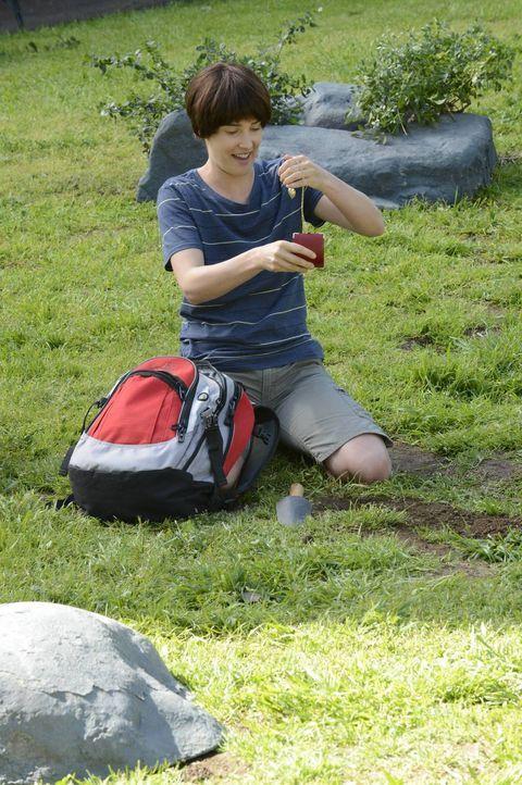 Robin (Cobie Smulders) sucht im Central Park nach einem Medaillon, das sie als junges Mädchen dort heimlich vergraben hatte ... - Bildquelle: 2013 Twentieth Century Fox Film Corporation. All rights reserved.