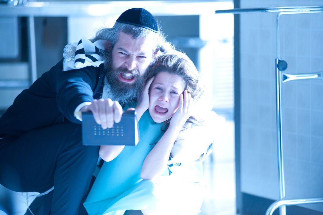 Kann der Rabbiner Tzadok (Matisyahu, l.) die kleine Em (Natasha Calis, r.) von ihrem Dämon befreien? - Bildquelle: Diyah Pera Box Productions, LLC 2011