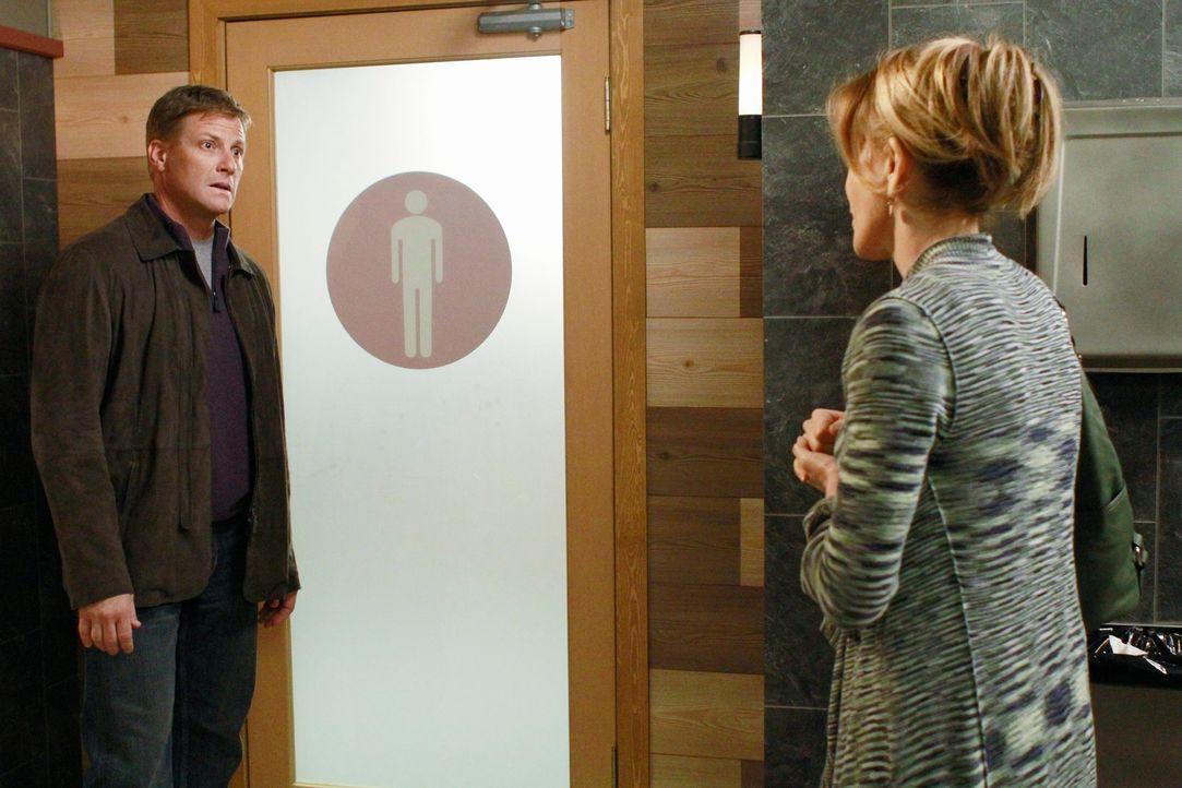 Lynette (Felicity Huffman, r.) beschließt, Tom (Doug Savant, l.) endlich in das Geheimnis einzuweihen. Doch wie wird Tim reagieren? - Bildquelle: ABC Studios