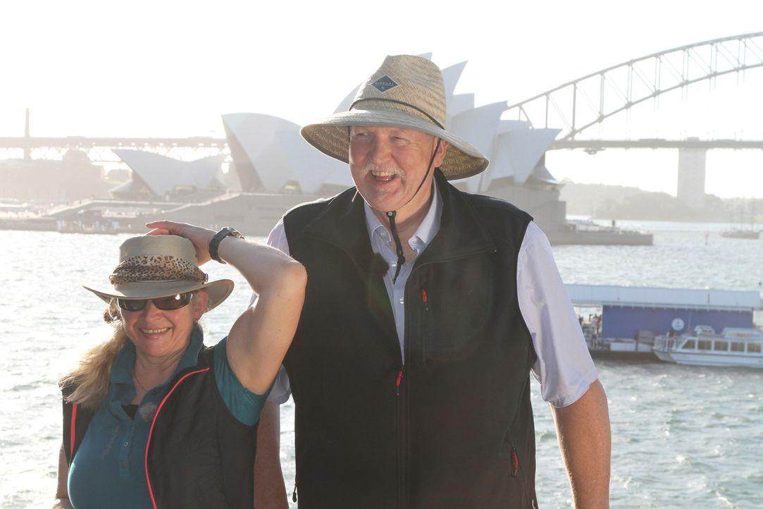 Für Tamme Hanken (r.) und seine Frau Carmen (l.)  geht es ans andere Ende der Welt. Doch für Jetlag bleibt keine Zeit, denn es warten auch in Austra... - Bildquelle: kabel eins