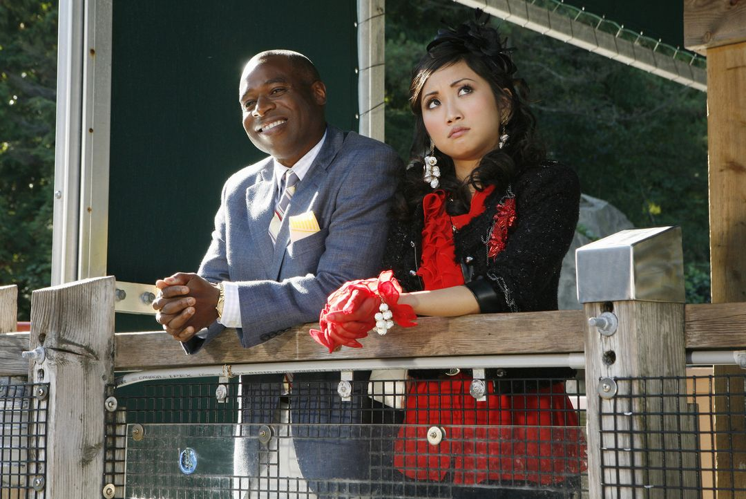 Mr. Moseby (Phill Lewis, l.) hat nicht nur ständig Ärger mit Zack und Cody, nein, er muss sich auch noch mit London (Brenda Song, r.) plagen ... - Bildquelle: 2010 Disney Enterprises, Inc. All rights reserved.