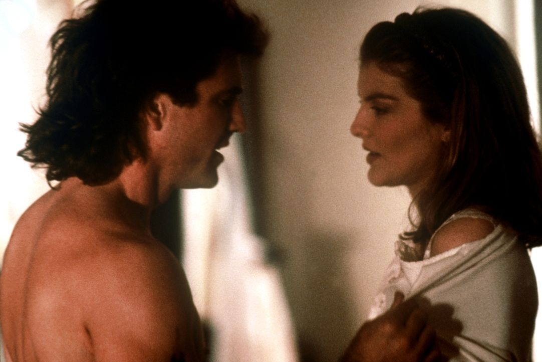 Eigentlich will Lorna (Rene Russo, r.) keinerlei Unterstützung von Riggs (Mel Gibson, l.), doch dann wird auch sie Opfer seines Charmes ... - Bildquelle: Warner Bros.