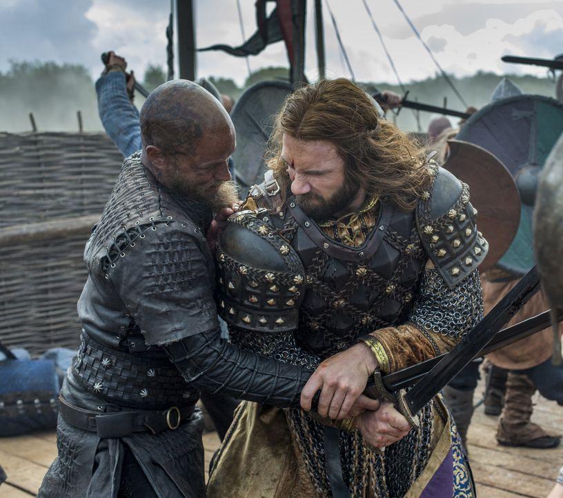 Während der Schlacht zwischen den Wikingern und den Franzosen stehen sich schließlich Ragnar (Travis Fimmel, l.) und Rollo (Clive Standen, r.) gegen... - Bildquelle: 2016 TM PRODUCTIONS LIMITED / T5 VIKINGS III PRODUCTIONS INC. ALL RIGHTS RESERVED.