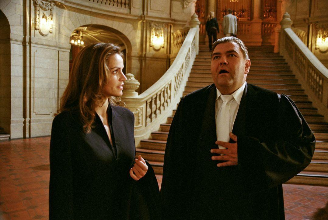 Richter Moosleitner (Peter Rappenglück, r.) braucht ganz schnell Sandras (Rebecca Immanuel, l.) Hilfe ... - Bildquelle: Hardy Spitz Sat.1