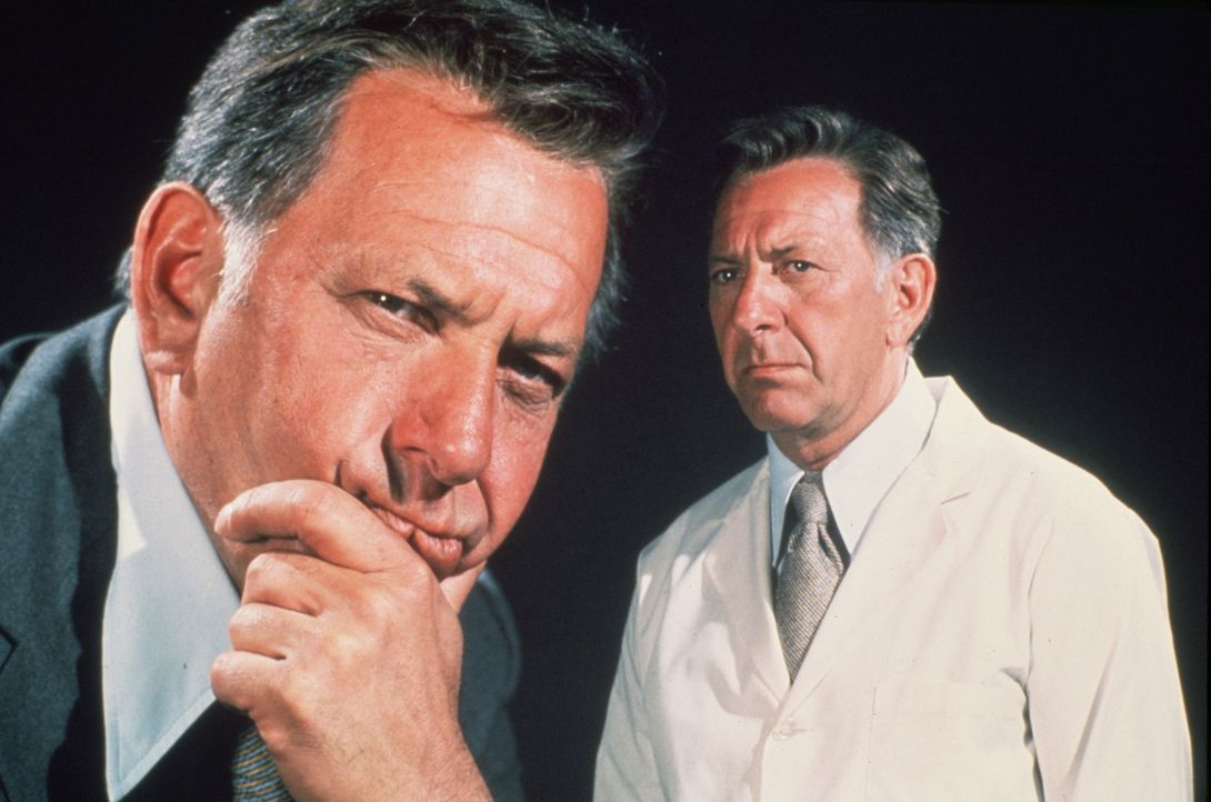 Regelmäßig und sobald ihn der leiseste Verdacht beschleicht, ermittelt Gerichtsmediziner Dr. Quincy (Jack Klugman) vor Ort und setzt alles daran, di... - Bildquelle: 2004 - 2015  NBCUniversal. ALL RIGHTS RESERVED.