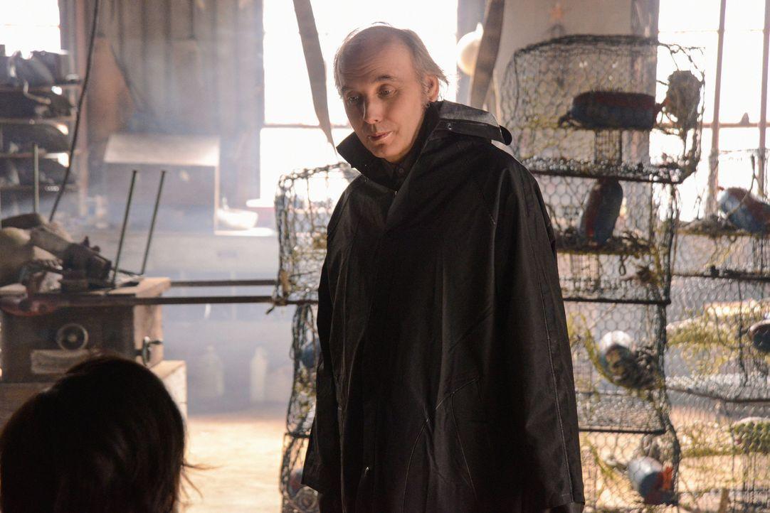 Lyle (Dwight Yoakam) ist sich sicher, dass er den wahren Ursprung der Kuppel kennt ... - Bildquelle: Brownie Harris 2014 CBS Broadcasting Inc. All Rights Reserved.