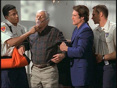 Diagnose: Mord - In letzter Minute kann Steve (Barry Van Dyke, 2.v.r.) seinen...