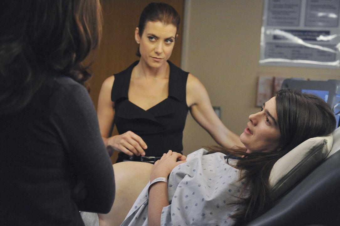 Emily (Gaby Hoffmann, r.), die in steter Regelmäßigkeit Babys zur Welt bringt, kommt mit Wehen in die Notaufnahme. Violet (Amy Brenneman, l.) und... - Bildquelle: ABC Studios