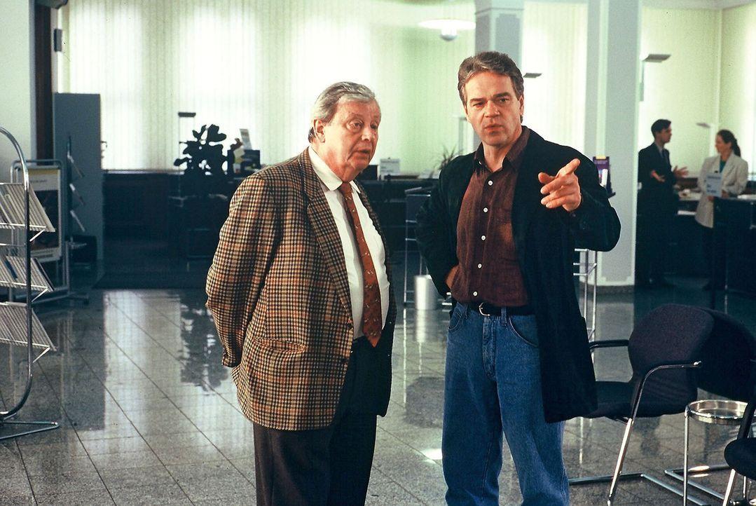 Kommissar Wolff (Jürgen Heinrich, r.) befragt Bankdirektor Schmitz (Peter Schiff, l.). - Bildquelle: Alfred Raschke Sat.1