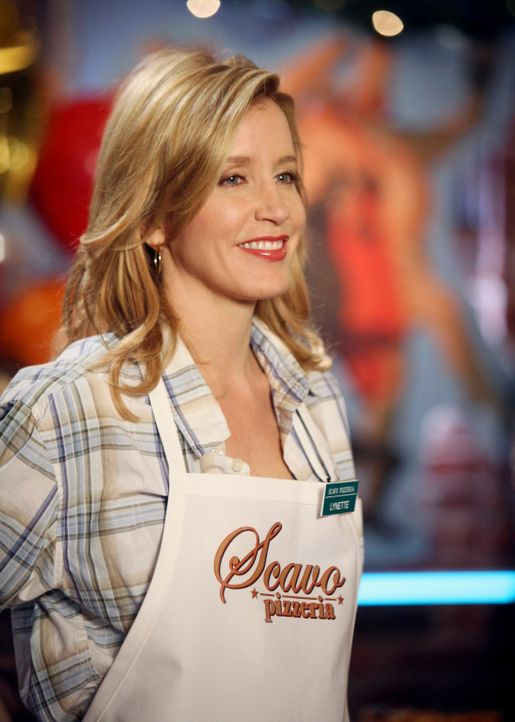 Lynette (Felicity Huffman) ist stolz auf ihren Mann und dass die Eröffnung seiner Pizzeria ein voller Erfolg ist. - Bildquelle: 2005 Touchstone Television  All Rights Reserved