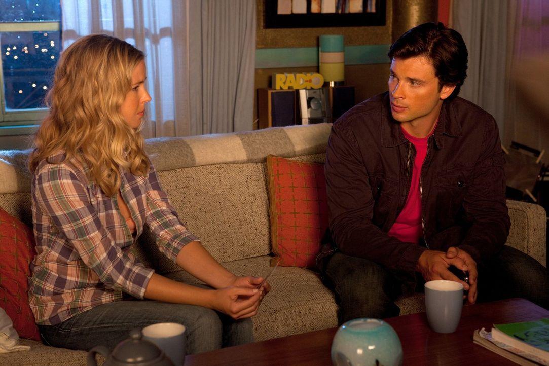 Clark (Tom Welling, r.) stellt Cat (Keri Lynn Pratt, l.) zur Rede, warum sie ihren echten Namen geheim hält ... - Bildquelle: Warner Bros.