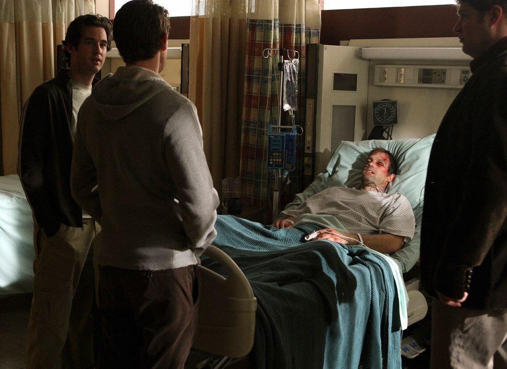 Ronny (Jonathan Murphy, l.), Owen (Brad William Henke, r.) und Nick (Bryan Greenberg, 2.v.l) mutmaßen, ob Ray etwas mit dem Überfall an Eddie (Geoff... - Bildquelle: ABC Studios