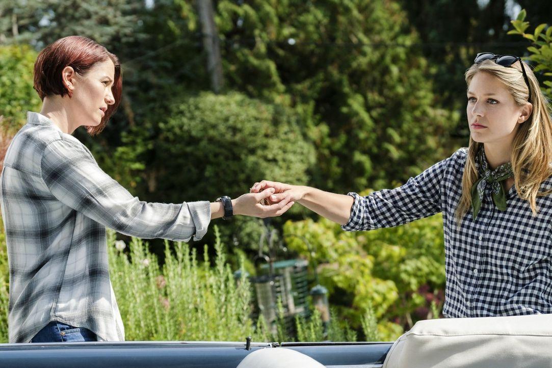 Ist es wirklich eine gute Idee von Alex (Chyler Leigh, l.) und Kara (Melissa Benoist, r.) an den Ort ihrer Kindheit zurückzukehren? - Bildquelle: 2017 Warner Bros.