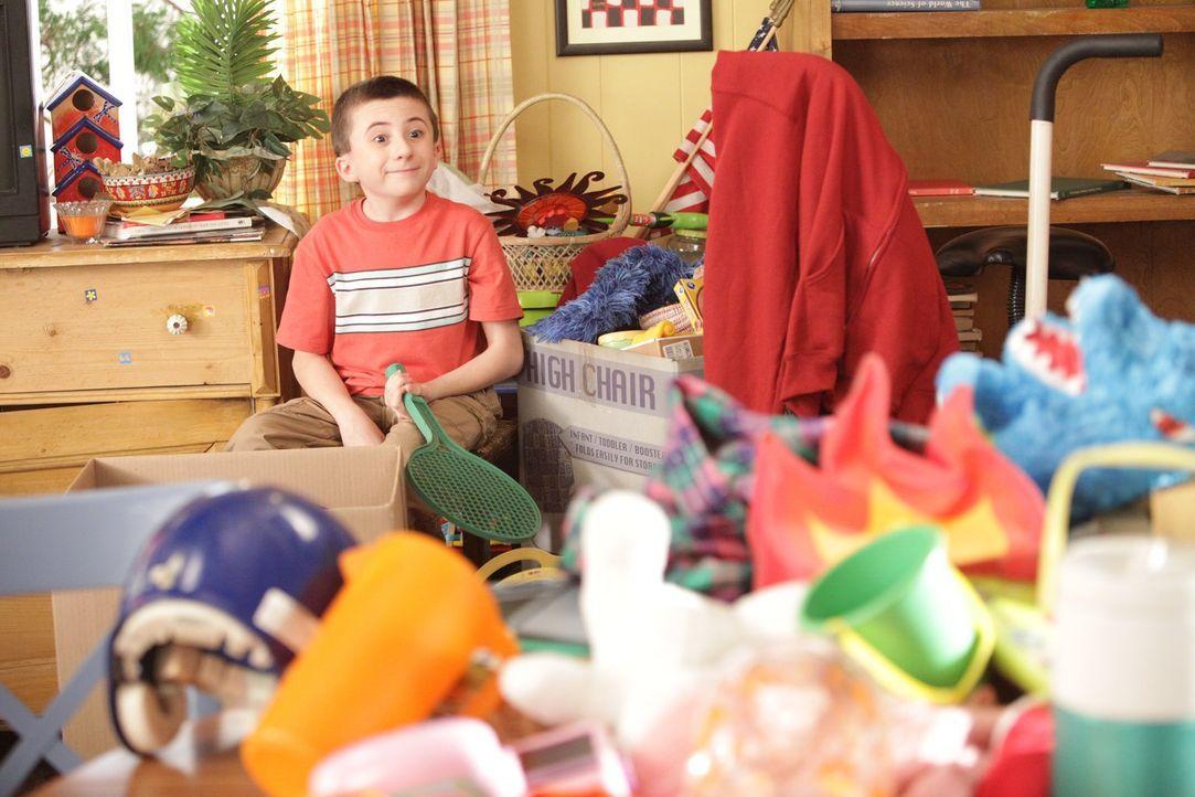 Während sich seine Geschwister in die Haare kriegen, kann der findige Brick (Atticus Shaffer) aus der Ausmist-Aktion seiner Eltern Profit schlagen .... - Bildquelle: Warner Brothers