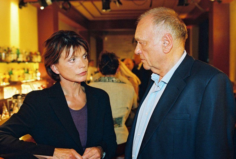 Im Riva begegnet Susanne Kramer (Uschi Glas, l.) Hiller (Dieter Kirchlechner, r.). - Bildquelle: Oliver Pflug Sat.1