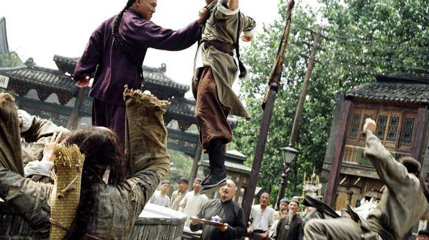 Huo (Jet Li, l.) will es seinem Vater, einem großen Kampfkunstmeister, gleich...