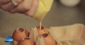 Füllen Sie den fertigen Kuchenteig in die leeren Eierschalen. Ein aufgeschnit...