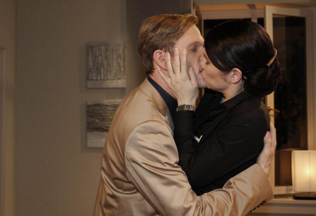 Kommen sich sehr nahe: Gina (Elisabeth Sutterlüty, r.) und Philip (Phillipp Romann, r.) - Bildquelle: SAT.1