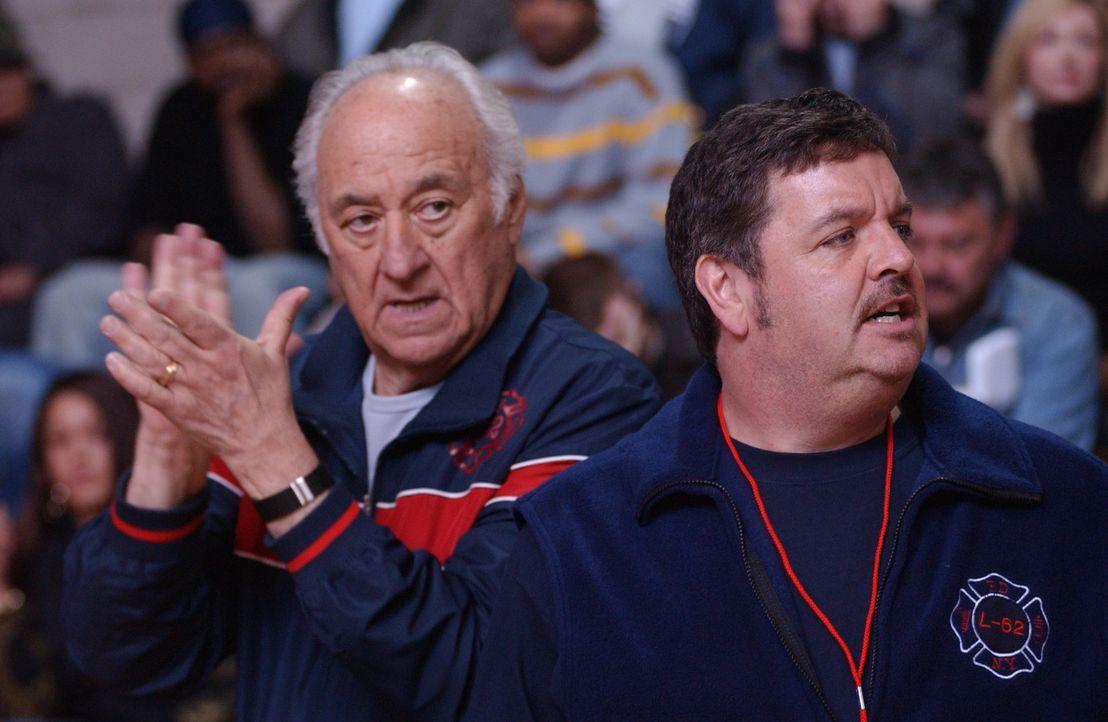 Setzen große Hoffnungen auf ihre Neuerwerbung: Kenny (John Scurti, r.) und Tommys Dad (Charles Durning, l.) ... - Bildquelle: 2007 Sony Pictures Television Inc. All Rights Reserved