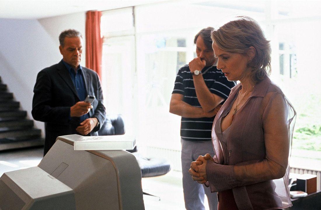Wolff (Jürgen Heinrich, l.) konfrontiert Simones Gasteltern Maria (Emanuela Frankenberg, r.) und Ernst Bernhard (Ulrich Wiggers, M.) mit interessant... - Bildquelle: Roland Horn Sat.1