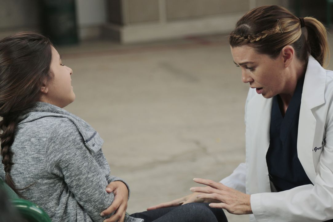 Schock: Meredith (Ellen Pompeo, r.) findet vor der Klinik ein scheinbar alleingelassenes, vor Schmerzen schreiendes Mädchen (Sara Rowe, l.) ... - Bildquelle: ABC Studios