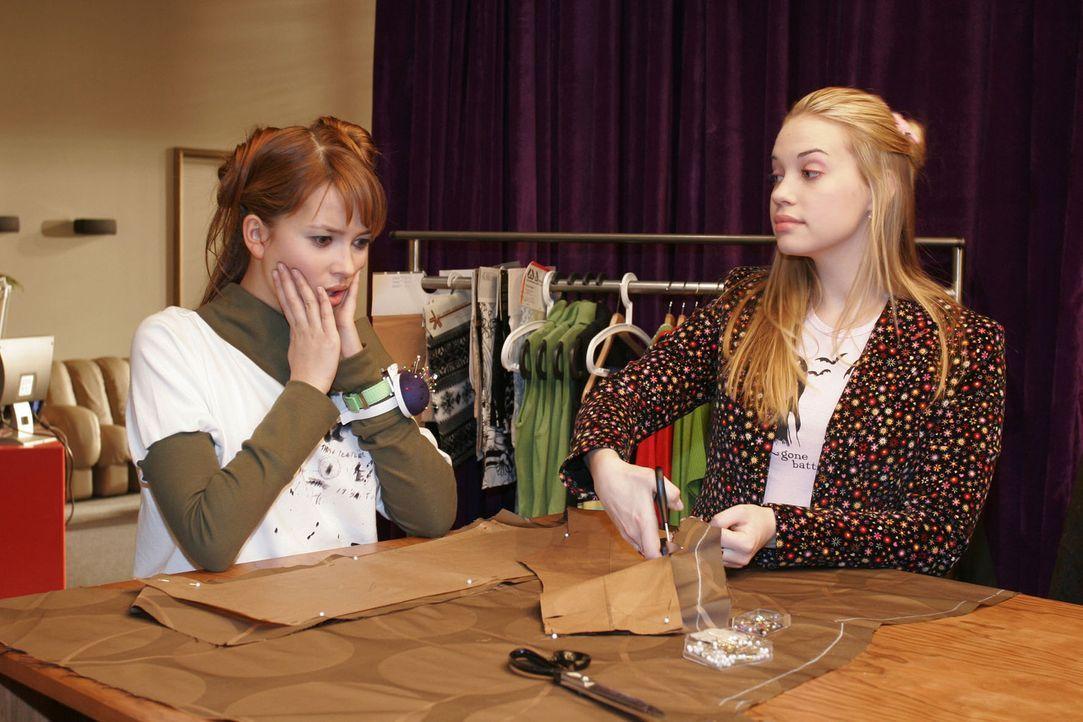 Hannah (Laura Osswald, l.) ist entsetzt, wie Kim (Lara-Isabelle Rentinck, r.) die Stoffteile zugeschnitten hat. Die ganze Arbeit ist umsonst und Kim... - Bildquelle: Sat.1