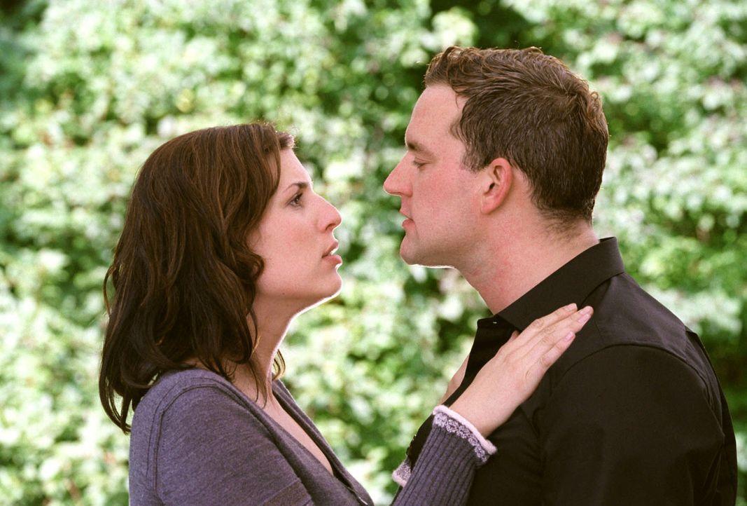 Florian (Christian Kahrmann, r.) möchte die schlechte Stimmung zwischen den beiden aus der Welt schaffen und Nina (Elena Uhlig, l.) beweisen, wie s... - Bildquelle: Sat.1