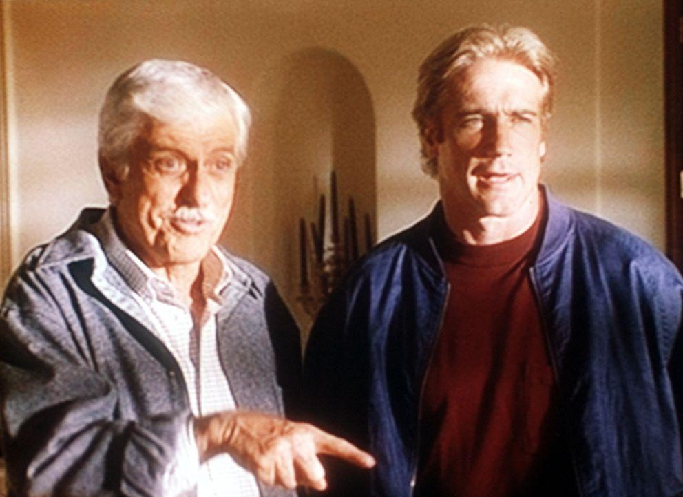 Mark (Dick Van Dyke, l.) und Steve (Barry Van Dyke, r.) beim Verhör eines Verdächtigen. - Bildquelle: Viacom
