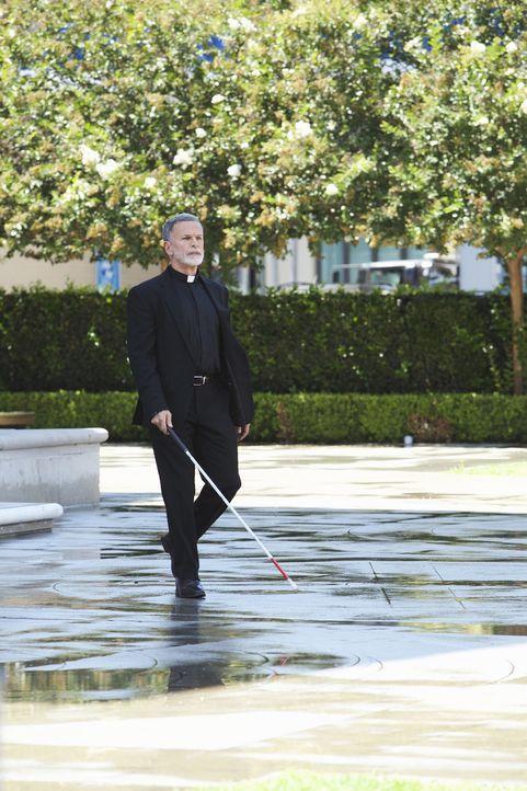 Sieht der blinde Priester (Tony Plana) mehr als er preisgibt? Und woher kannte er eigentlich das Opfer, einen pathologischen Lügner, dessen Kartenha... - Bildquelle: Greg Gayne 2015 American Broadcasting Companies, Inc. All rights reserved.