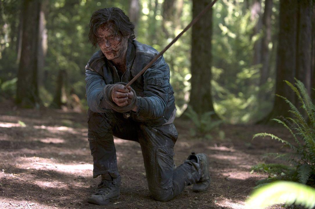 Gerät in die Fänge der Grounders: Finn (Thomas McDonell) ... - Bildquelle: 2014 Warner Brothers