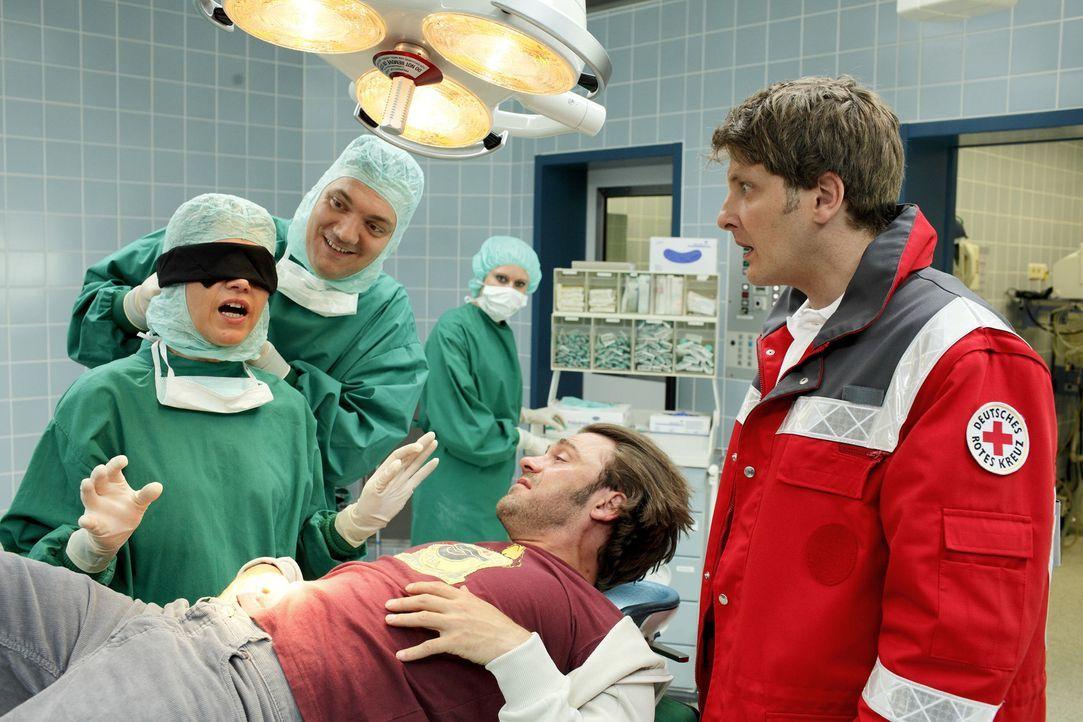 Ein Notfall im Operationsaal. Die Oberärztin (Anke Engelke, l.) schreitet umgehend zur Tat und lässt sich zuallererst die Augen verbinden. Der Pat... - Bildquelle: Guido Engels SAT.1