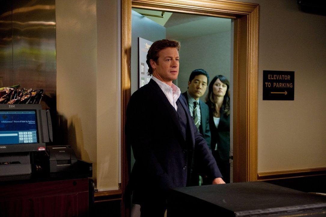 Ermitteln im Mordfall des Ex-Casinoangestellten Ryan D'Stefano: Patrick (Simon Baker, l.), Kimball (Tim Kang, M.) und Teresa (Robin Tunney, r.) ... - Bildquelle: Warner Bros. Television