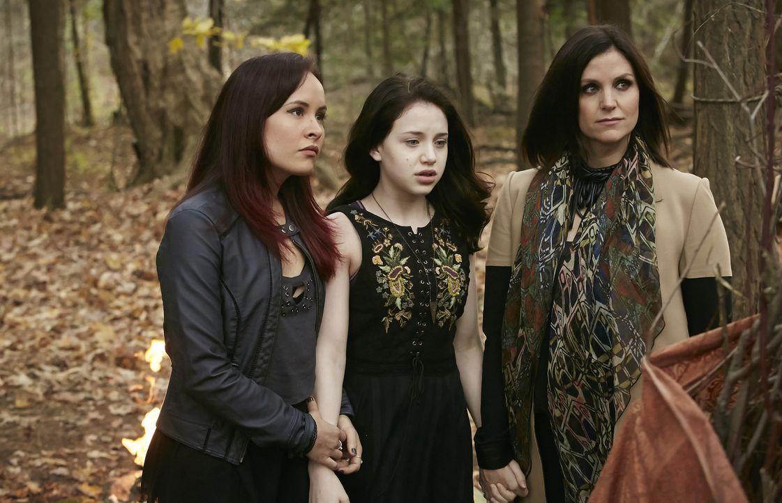 Noch glauben Paige (Tommie-Amber Pirie, l.), Savannah (Kiara Glasco, M.) und Ruth (Tammy Isbell, r.), dass sie ihr Ritual ohne Probleme auf Stonehav... - Bildquelle: 2015 She-Wolf Season 2 Productions Inc.