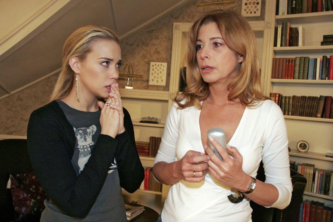 Kim (Lara-Isabelle Rentinck, l.) und ihre Mutter Laura (Olivia Pascal, r.) durchleben in wenigen Minuten ein Wechselbad der Gefühle. Soeben bangten... - Bildquelle: Noreen Flynn Sat.1
