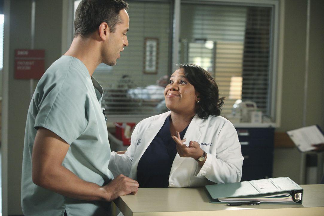 Während Richard nicht glauben kann, dass Teddy ihren Patienten geheiratet hat, flirtet Bailey (Chandra Wilson, r.) mit dem hübschen Pfleger Eli (D... - Bildquelle: ABC Studios
