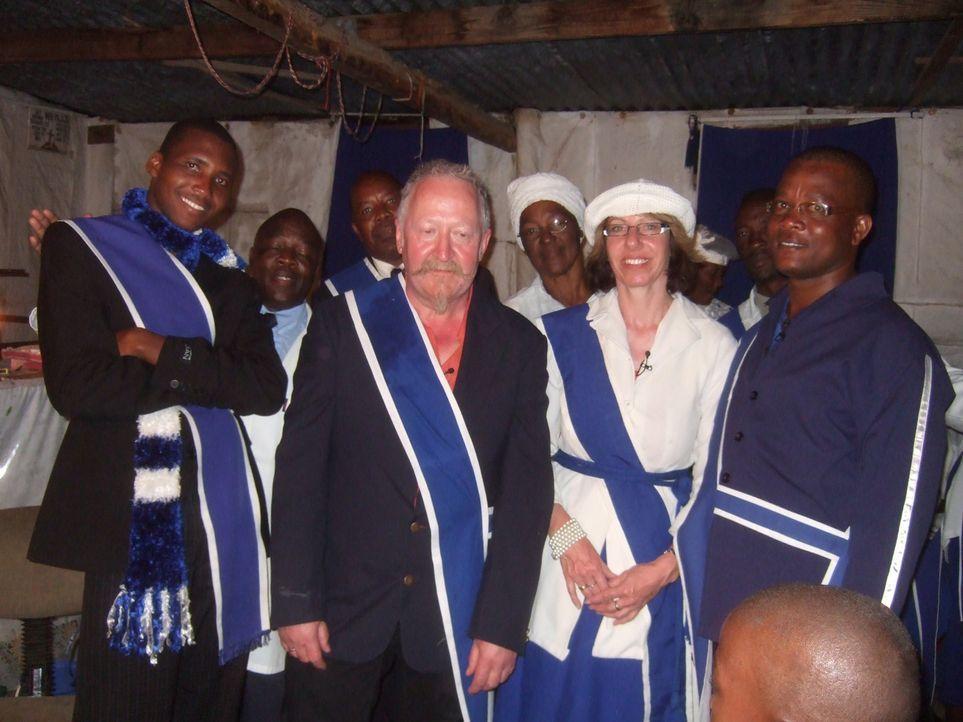 Rainer, l. und Helgas, M. neuer afrikanischer Chef Albert, r. muss zunächst einmal einen Platz zum Schlafen für die beiden deutschen Frisöre auft... - Bildquelle: kabel eins